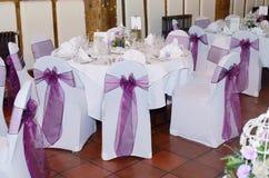 Stuhl und Tischdecke an der Hochzeit Stockfotografie