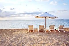 Stuhl vier am Strand Stockbild