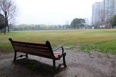 Stuhl vor dem Grasland im Garten Stockbild