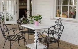 Stuhl vor dem Haus. lizenzfreie stockfotografie