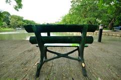 Stuhl vor dem See Lizenzfreie Stockfotos