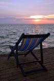 Stuhl vor dem Strand lizenzfreies stockfoto