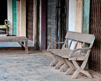Stuhl vor Metalltür Stockfotografie