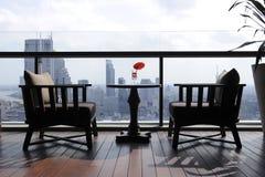 Stuhl zwei an der Terrassegaststätte Stockfoto