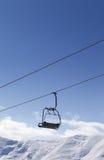 Stuhlaufzug gegen blauen Himmel Stockfotos