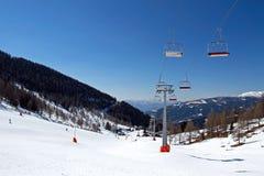 Stuhlaufzug und -ski neigen sich bei falschem Kleinkirchheim Lizenzfreies Stockbild