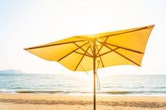 Stuhlregenschirm und -aufenthaltsraum auf dem sch?nen Strandseeozean auf Himmel lizenzfreies stockfoto
