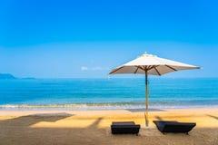 Stuhlregenschirm und -aufenthaltsraum auf dem sch?nen Strandseeozean auf Himmel stockfotos