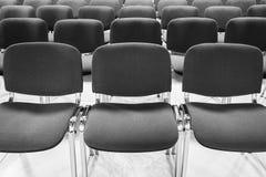 Stuhlreihe symmetrisch mit vorderer grauer Farbe stockfoto