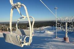 Stuhlskiaufzug umfasst mit Schnee Stockbild