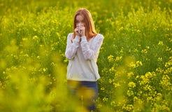 Stuifmeelallergie, meisje het niezen stock foto