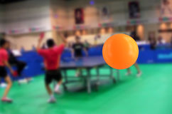 Stuiterende pingpongbal in het gymnasium Stock Foto's