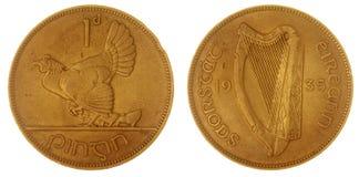 1 stuiver 1935 muntstuk dat op witte achtergrond, Ierland wordt geïsoleerd Stock Fotografie
