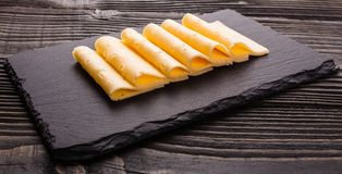 Stuk en plakken van kaas op een houten achtergrond royalty-vrije stock fotografie