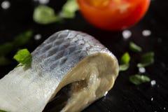 Stuk gemarineerde haringenvissen met zout en peterselie royalty-vrije stock afbeelding