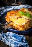 Stuk smakelijke hete lasagna's met rode wijn stock fotografie