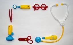 Stuk speelgoed arts op witte achtergrond met ruimte voor tekst wordt geplaatst die Stock Fotografie