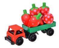 Stuk speelgoed auto de vrachtwagen met aardbei houten stuk speelgoed Stock Afbeelding