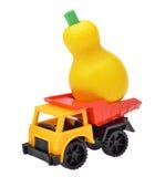 Stuk speelgoed auto de vrachtwagen met houten perenstuk speelgoed Royalty-vrije Stock Afbeeldingen