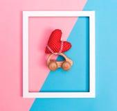 Stuk speelgoed auto die een hart dragen Stock Afbeeldingen