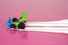 Stuk speelgoed auto die sleep van melk verlaten Stock Foto's