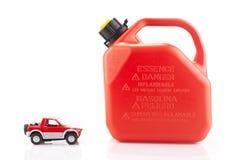 Stuk speelgoed auto en geïsoleerde essentiecontainer Royalty-vrije Stock Afbeelding