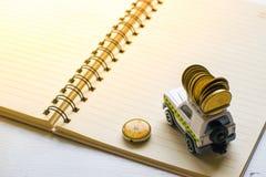 Stuk speelgoed auto met blocnotedocument op witte achtergrond Het gebruiken van behang of achtergrond voor het reis en succesbeel Royalty-vrije Stock Fotografie