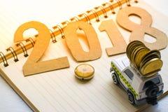 Stuk speelgoed auto met nummer 2018 document op boom onscherpe achtergrond Het gebruiken van behang of achtergrond voor het reis  Stock Afbeeldingen