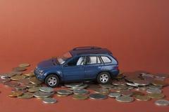 Stuk speelgoed auto op muntstukken Lening, verzekering en besparingenconcept Royalty-vrije Stock Afbeelding