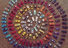 Stuk speelgoed auto's die een kleurrijke cirkel maken Stock Foto