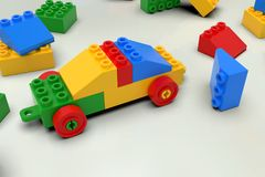 Stuk speelgoed auto van kleurrijke blokken, legostijl wordt gebouwd die stock afbeelding