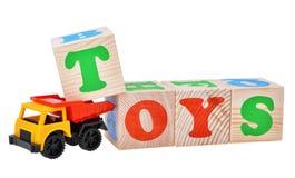Stuk speelgoed autovrachtwagen met houten kubussen wordt geïsoleerd die Royalty-vrije Stock Afbeelding