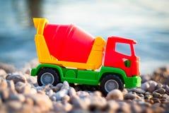 Stuk speelgoed bij de kust Royalty-vrije Stock Afbeelding