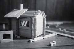 Stuk speelgoed blokhuis De aannemer wordt gemaakt van natuurlijk hout voor CH royalty-vrije stock foto