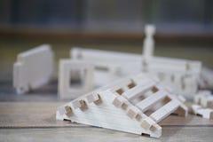Stuk speelgoed blokhuis De aannemer wordt gemaakt van natuurlijk hout voor CH royalty-vrije stock fotografie