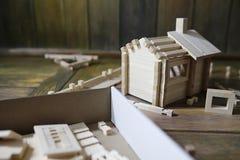 Stuk speelgoed blokhuis De aannemer wordt gemaakt van natuurlijk hout voor CH stock foto