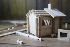 Stuk speelgoed blokhuis De aannemer wordt gemaakt van natuurlijk hout voor CH royalty-vrije stock foto's