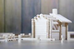 Stuk speelgoed blokhuis De aannemer wordt gemaakt van natuurlijk hout voor CH stock afbeelding