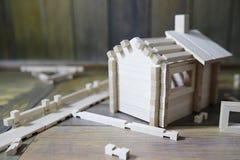 Stuk speelgoed blokhuis De aannemer wordt gemaakt van natuurlijk hout voor CH stock fotografie