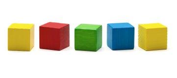 Stuk speelgoed blokken, veelkleurige houten spelkubus, lege dozen Stock Foto's