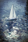 Stuk speelgoed boot die op een vijver varen Royalty-vrije Stock Afbeelding