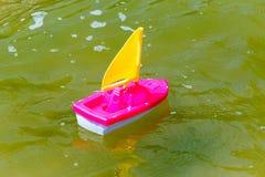 Stuk speelgoed boot in het natte zand van het overzees Op zee de vakantie van de zomer Rondvaarten Stock Afbeelding