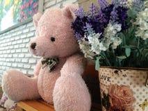 Stuk speelgoed bruine teddybeer met bloem royalty-vrije stock afbeeldingen