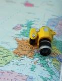 Stuk speelgoed camera op de kaart van Europa en Italië Royalty-vrije Stock Fotografie