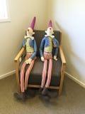 Stuk speelgoed cijfers die op stoel zitten Royalty-vrije Stock Afbeeldingen