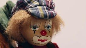 Stuk speelgoed clowns het roteren stock video