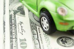 Stuk speelgoed de auto en het geld over wit, huur, kopen of het concept van de verzekeringsauto Royalty-vrije Stock Foto's