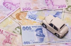Stuk speelgoed de auto en het geld over witte Huur, kopen of het concept van de verzekeringsauto royalty-vrije stock foto