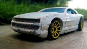 Stuk speelgoed de auto met echte auto ziet eruit Royalty-vrije Stock Afbeelding