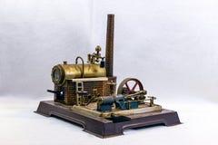 Stuk speelgoed de fabriek van de stoommotor op witte achtergrond royalty-vrije stock foto's